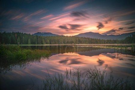 Photo pour Il s'agit d'une longue exposition au coucher du soleil du lac Lost à Whistler, C.-B. Canada - image libre de droit