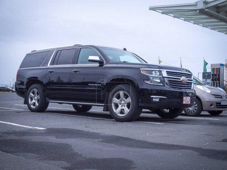 Photo pour Borgarnes, Islande-octobre 23, 2018: L'onzième génération Chevrolet Suburban (Gmc Yukon Xl, Yukon Denali Xl) dans les rues de la ville - image libre de droit