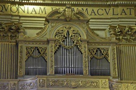 Photo pour Orgue à tuyaux à l'intérieur d'une église à Rome - image libre de droit