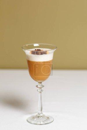 Photo pour Vue rapprochée du cocktail avec mousse sur la table - image libre de droit