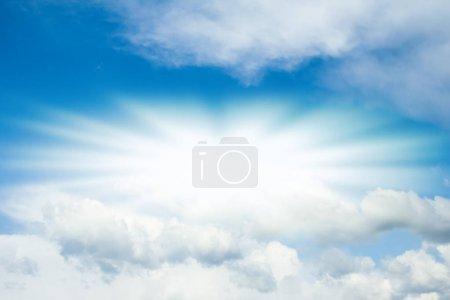 Foto de Fantásticas suaves nubes blancas contra el cielo azul - Imagen libre de derechos