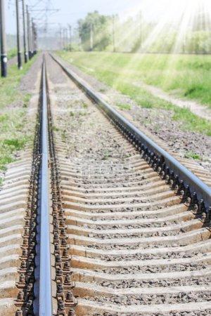 Photo pour Beau chemin de fer élégant et fiable avec un train sur la nature - image libre de droit