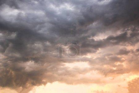 Photo pour Nuages blancs doux fantastiques contre ciel bleu - image libre de droit