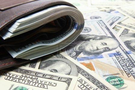 Photo pour Dollars de l'argent en bourse sur fond argent - image libre de droit