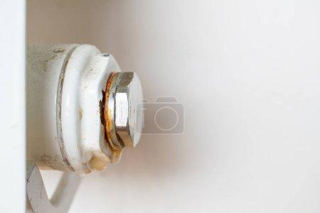 Photo pour Rusty plug d'un radiateur de chauffage central. Point de fuite. - image libre de droit