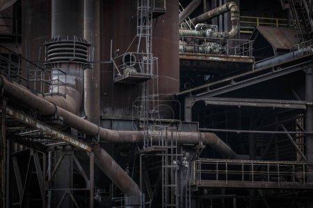 Photo pour Ostrava, République tchèque - 21 août 2018 : Haut fourneau à Lower Vitkovice, site national du patrimoine industriel constitué d'une collection unique d'architecture industrielle d'anciennes forges - image libre de droit