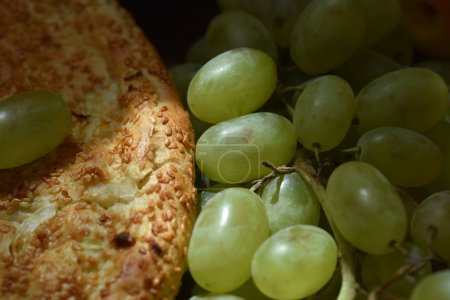 Photo pour Gros plan sur pain et raisins - image libre de droit