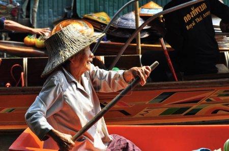 Photo pour Attraction touristique, marché flottant en Thaïlande - image libre de droit