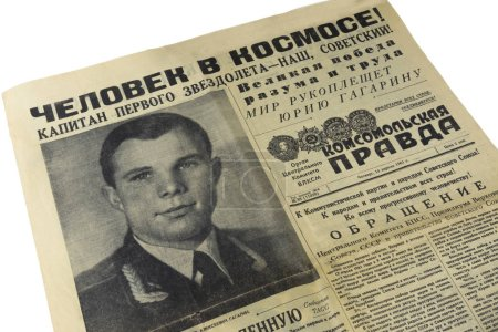 Photo pour Le journal original de l'URSS Komsomolskaya Pravda du 13 avril 1961, publié le lendemain du vol. A la une : L'homme dans l'espace. Le capitaine du premier vaisseau est à nous, Soviétique. Le monde applaudit Youri Gagarine . - image libre de droit
