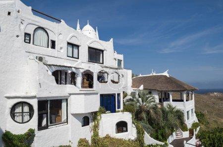 Photo pour Vue sur la mer depuis Punta Ballena, Punta del Este Uruguay, Casapueblo. C'est un hôtel et une galerie d'art où travaillent le célèbre artiste et célébrité Carlos Paez Vilaro - image libre de droit