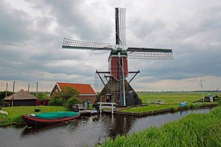Photo pour Moulin traditionnel dans la campagne des Pays-Bas - image libre de droit