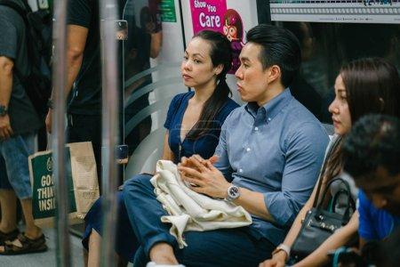 Photo pour Jeune asiatique couple assis dans le métro - image libre de droit