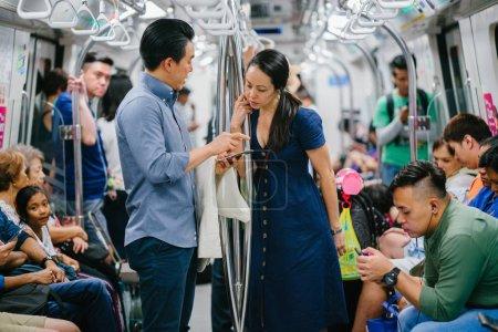 Photo pour Asiatique jeune couple dans le métro - image libre de droit