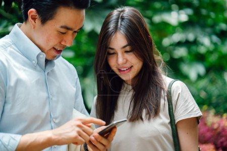 Photo pour Asiatiques gens d'affaires en utilisant tablette informatique - image libre de droit