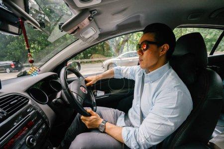 Photo pour Jeune homme conduisant une voiture - image libre de droit