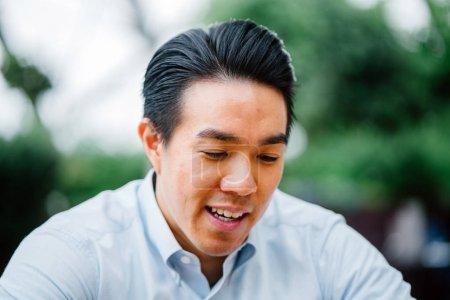 Photo pour Portrait d'un jeune homme dans le parc - image libre de droit