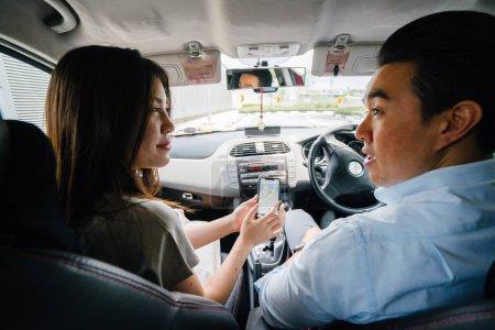 Photo pour Jeune couple assis et parlant dans la voiture - image libre de droit