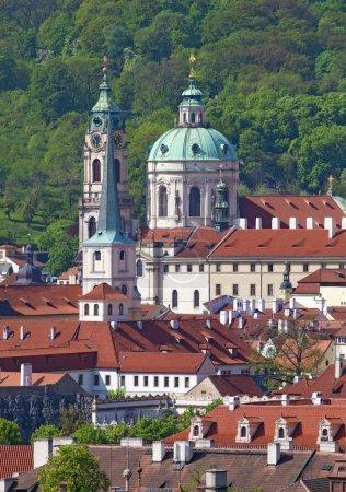 Photo pour République tchèque Prague - Église Saint-Nicolas et toits du petit quartier - image libre de droit