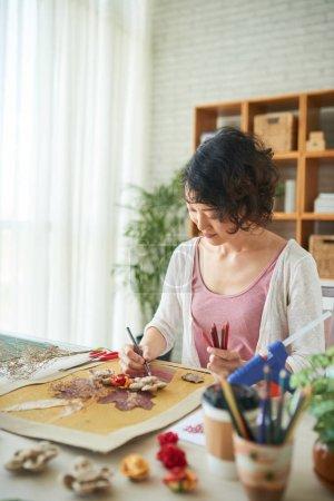 Photo pour Vue partielle de la femme faisant l'image de décor avec des fleurs - image libre de droit