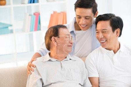 Photo pour Membre de la famille joyeuse passer du temps ensemble à la maison - image libre de droit