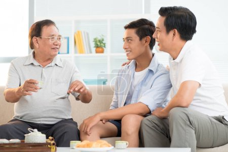 Photo pour Famille asiatique à la maison, heureux grand-père parler aux fils et petit-fils - image libre de droit