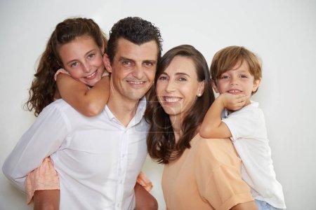 Photo pour Heureux caucasien mature couple et les enfants, famille amour - image libre de droit