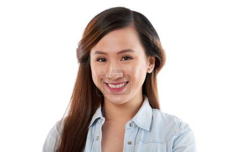 Foto de Hermosa mujer asiática sonriente contra fondo blanco posando para la cámara - Imagen libre de derechos