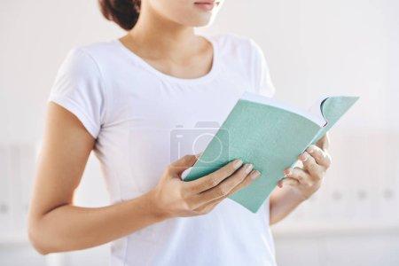 Photo pour Femme lisant roman intéressant ou livre d'étudiants - image libre de droit