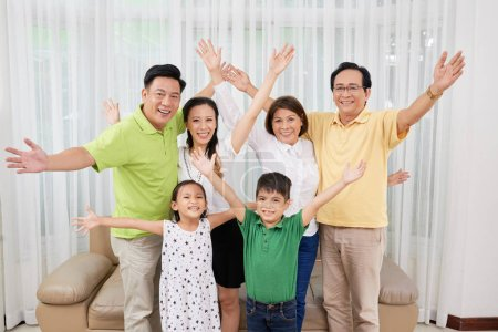 Joyeuse grande famille vietnamienne regardant la caméra