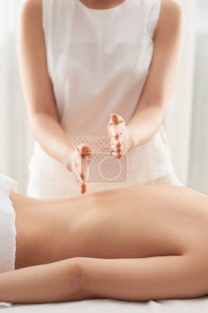 Photo pour Professionnel en massage en salon spa, mise au point sélective - image libre de droit