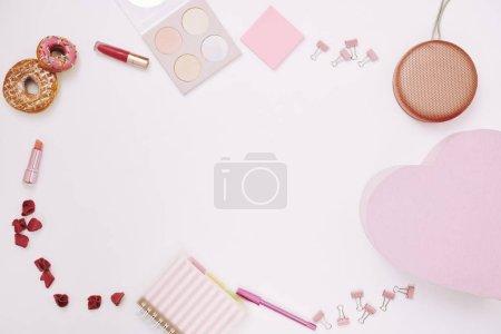 Photo pour Image de fournitures de bureau rouge à lèvres et aliments sucrés de couleur rose sur fond blanc - image libre de droit
