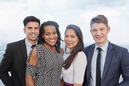 Photo pour Équipe de jeunes gens d'affaires multiethniques heureux souriant à la caméra - image libre de droit