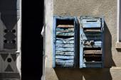 """Постер, картина, фотообои """"Старые ржавые почтовые ящики на стене. Устаревшие сломанные почтовые ящики."""""""