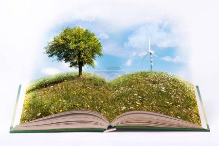 Foto de Libro abierto con páginas ilustradas por una naturaleza verde y un ambiente sereno y ecológico - Imagen libre de derechos