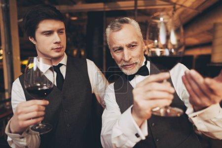 zwei Männer Sommelier Weinprobe im Restaurant. Verkostung von Elitegetränken.