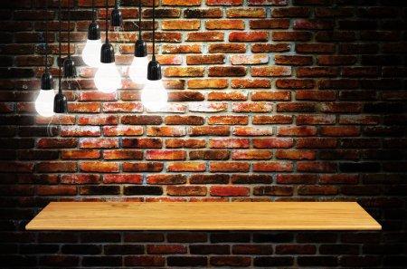 Photo pour Étagère sur le mur avec lampe - présentation du produit. - image libre de droit