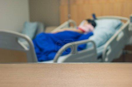 Photo pour Débardeur vide en bois sur flou du patient et des soins de santé après la chirurgie dans la salle de récupération, Contexte des soins de santé Idea . - image libre de droit