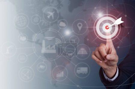 Photo pour Homme d'affaires en appuyant sur le but de bouton sur l'écran virtuel, notion de succès, l'industrie des technologies 4.0 et le monde des cartes sur le fond. - image libre de droit