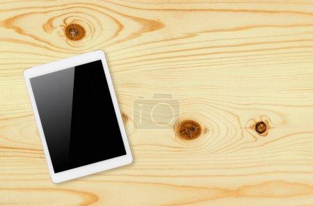 Photo pour Tablette numérique avec écran isolé avec chemin de coupe sur fond en bois . - image libre de droit