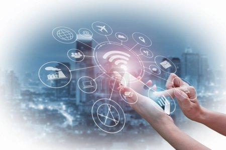 Foto de Doble exposición de empresario explotación smartphone, tecnologías de red digital concepto la comunicación vía internet inalámbrico. - Imagen libre de derechos
