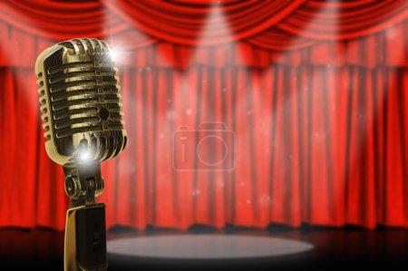Photo pour Micro rétro sur le fond du rideau rouge, concept musical vintage - image libre de droit