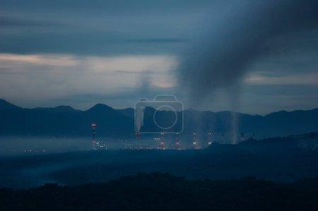 Photo pour Centrale électrique au charbon et pollution par la fumée ou la pollution atmosphérique au crépuscule après la pluie . - image libre de droit