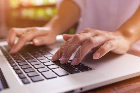 Photo pour Femme freelance mains sur l'ordinateur portable clavier dans un café, fille utilise portable tapant, image de web recherche, navigation / soft focus. - image libre de droit