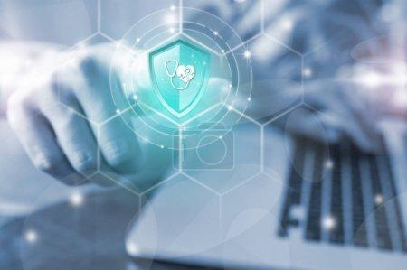 Photo pour Main d'entreprises appuyant la protection santé de bouclier bouton sur écran virtuel, Concept de la technologie numérique d'assurances d'assurance, en ligne - image libre de droit