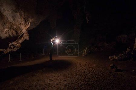 Photo pour Femme exploratrice tenant une lanterne à l'intérieur de la grotte, Tham Pai, Mae Hong Son, Tham Lod Cave l'une des grottes les plus étonnantes de Thaïlande . - image libre de droit
