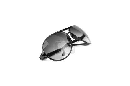 Lunettes de soleil noires sur fond blanc, pour protéger la lumière du soleil et la mode .