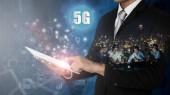 """Постер, картина, фотообои """"5g сети беспроводные системы и Интернет вещей, смарт города и коммуникационные сети на смартфон в руки и объекты значок подключения вместе, глобальные беспроводные устройства подключения"""""""