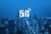 """Постер, картина, фотообои """"5g сети беспроводные системы и сети связи умный город на смартфон, подключение глобальные беспроводные устройства."""""""