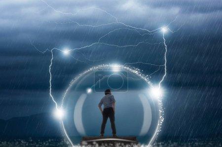 Jungunternehmer mit Schutz vor schlechtem Wetter und Gewitter, Geschäftsmann geschützt bei Problemen.
