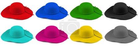 Elegantes sombreros de mujer o grandes sombreros de paja de verano aislados sobre fondo blanco .